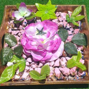 8b2a85c3dd0 Ξύλινο γερο δισκάκι ζωγραφισμένο, με φυσικά πετραδάκια και ψεύτικα λουλούδια.  Μαζί με πιάτο πορσελάνινο