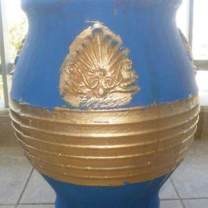 πιθάρι για διάφορες χρήσεις, ύψος  45 cm, πλάτος 35 cm ζωγραφισμένο σε χρυσό και μπλε χρώμα, και με φυσικά πετραδάκια από την ζωγράφο και συγγραφέα Μαρία Παυλίδου Τασοπούλου.