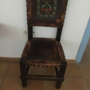 Παλαιές καρέκλες με δέρμα και ζωγραφική