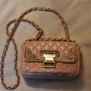 μικρή ροζ τσάντα με λουράκι και χρυσές λεπτομέρειες