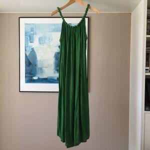 Ολοκαίνουργιο maxi φόρεμα με χειροποίητη λεπτομέρεια στην λαιμόκοψη