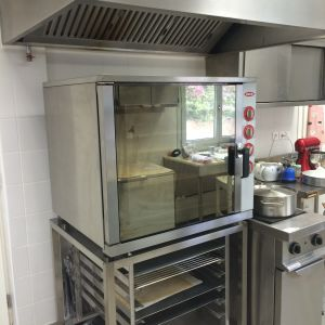 Πωλείται ολοκαίνουργιος επαγγελματικός φούρνος με βάση για σχάρες