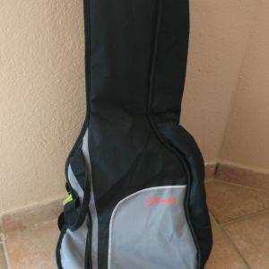 Καίνουρια θήκη παιδικής κιθάρας χρώματος μαύρη με γκρι λεπτομέρειες εξωτερικό τσεπάκι και εσωτερικά πιαστράκια για την κιθάρα