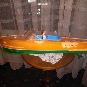 Παλιό πλαστικό καράβι με μπαταρίες