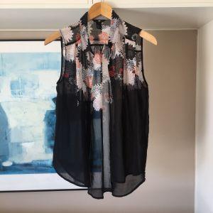 Ολοκαίνουργια H&M μαύρη πουκαμίσα με floral σχέδιο