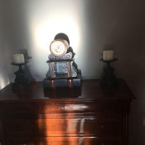 Μαρμάρινο ρολόι του 19ου αιώνα,με δύο κηροστάτες