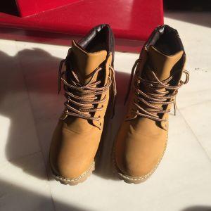 Μπεζ hiking boots με εσωτερική γούνα και δερμάτινη λεπτομέρεια