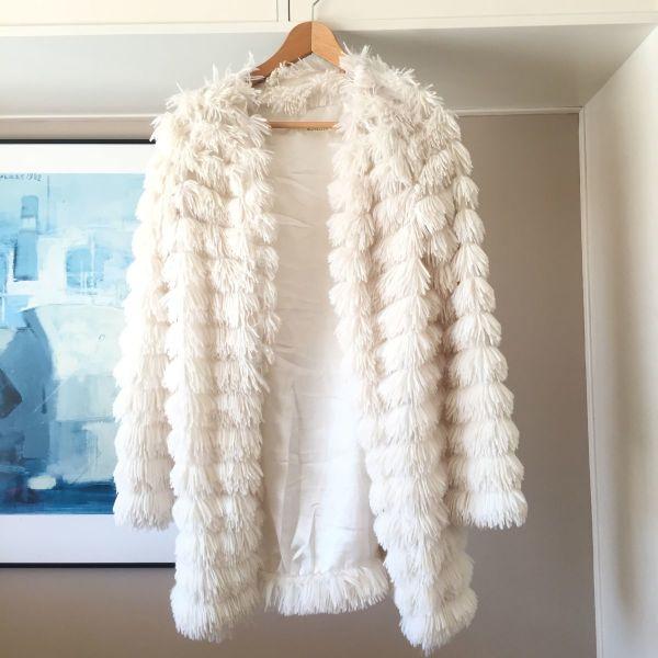 Λευκό μακρύ γούνινο παλτό ζακέτα - αγγελίες σε Νέα Σμύρνη - Vendora.gr 3f61880559f