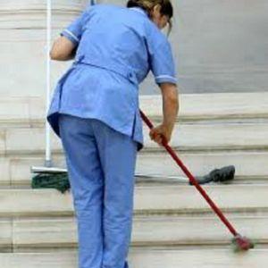 καθαρίστρια ή καθαριστής για οικοδομή