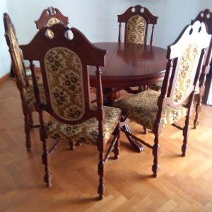 Τραπεζαρία με 6 καρέκλες.