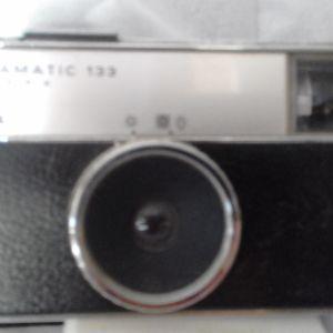 4 αναλογικες μικρες φωτογραφικες μηχανες, ενα φλας EMC και μια παλια PHOKINA 35 SB