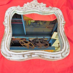 Αναπαλαιωμένος καθρέφτης κατασκευασμένος από πλάτη παλιάς Καρέκλας.