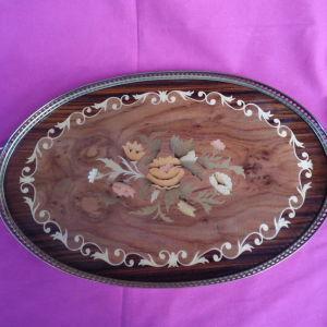 Ξύλινος ζωγραφιστός δίσκος με μπρούτζινο σκελετό.