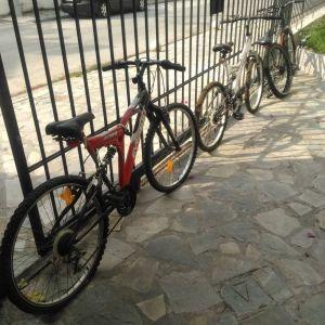 3 ποδήλατα - όλα μαζί - που θέλουν μια μικροσυντήρηση λόγω μη χρήσης τα τελευταια 2 χρόνια.