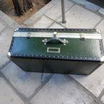 Μεγάλη βαλίτσα - μπαούλο σε σκούρο πράσινο χρώμα.