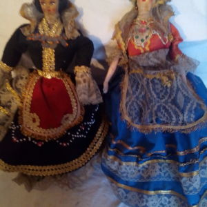 δυο ομορφες παλιες κουκλες !