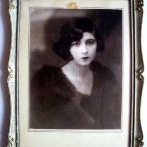 Παλαιό φωτογρ.πορτραίτο του1920 σε σκαλιστή κορνίζα εποχής.