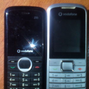 2 κινητα vodafone 2005-2006,without its batteries,only for someone who wants them for his collection