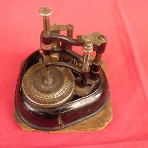 Προπολεμική χειροκίνητη μηχανή χάραξης (παντογράφος) γερμανικής προελεύσεως
