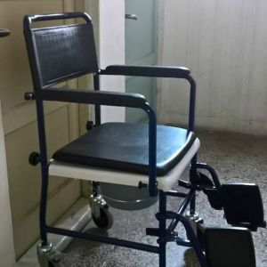 Αναπηρικό Αμαξίδιο με κάθισμα τουαλέτας