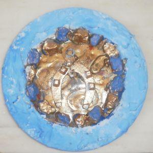 Δυο χειροποίητα πιάτα , το πρώτο είναι για το μάτι και το δεύτερο με το πέταλο είναι για την ευτυχία,  σε μπλε και άσπρο χρώμα, με φυσικά πετραδάκια, της ζωγράφου Μαρίας Παυλίδου Τασοπούλου.