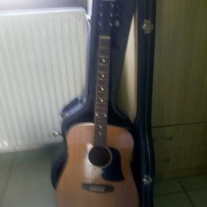 Πουλώ μια κιθάρα σχετικά καινούργια