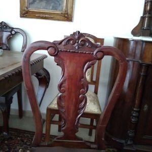 Πωλείται αντίκα τραπεζαρία χειροποίητη ξύλινη, με 6 ξύλινες καρέκλες(δεκαετίας του 1950). Τιμή 500 ευρώ.