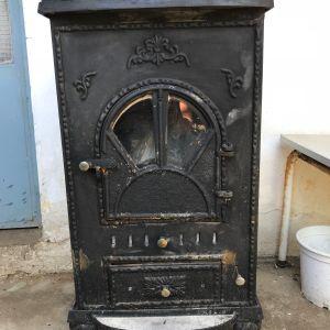 Ξυλόσομπα μαντεμένια πολύ λίγο μεταχειρισμένη και φρεσκοβαμμένη. Για ένα χειμώνα ζέστανε ένα σπίτι 100 τετραγωνικών με πολύ μικρή κατανάλωση ξύλων.