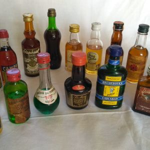 συλλογη απο 18 παλια μπουκαλακια ποτων