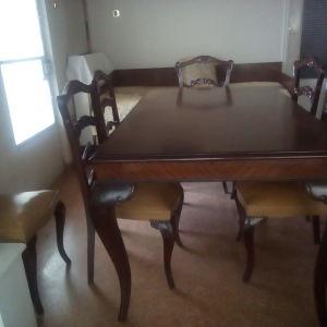 Τραπεζαρία με καρέκλες και σερβάν