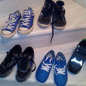 Πέντε ζευγάρια παιδικά παπούτσια.