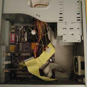 Κουτί Υπολογιστή με αρκετά εξαρτήματα