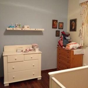 2 κρεββατάκια, 2 στρώματα coco mat και 1 συρταριέρα