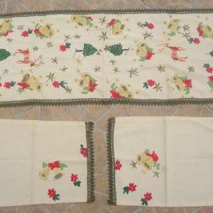 Χριστουγεννιάτικο σεμέν με 2 πετσετάκια, κεντημένο στο χέρι, διαστάσεων 1,10χ0,40, και τα πετσετακια 40χ40εκ.