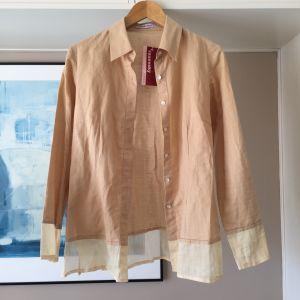 Ολοκαίνουργιο Raxevsky μπεζ λινό πουκάμισο με λεπτομέρεια διαφάνειες